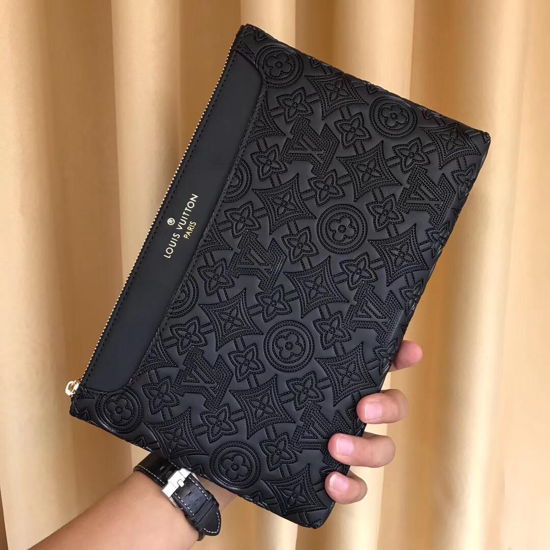Ví nam Louis Vuitton siêu cấp cầm tay họa tiết hoa chìm