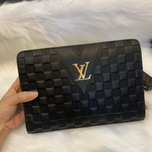 Ví nam Louis Vuitton siêu cấp cầm tay khoá số họa tiết caro chìm VNLV51