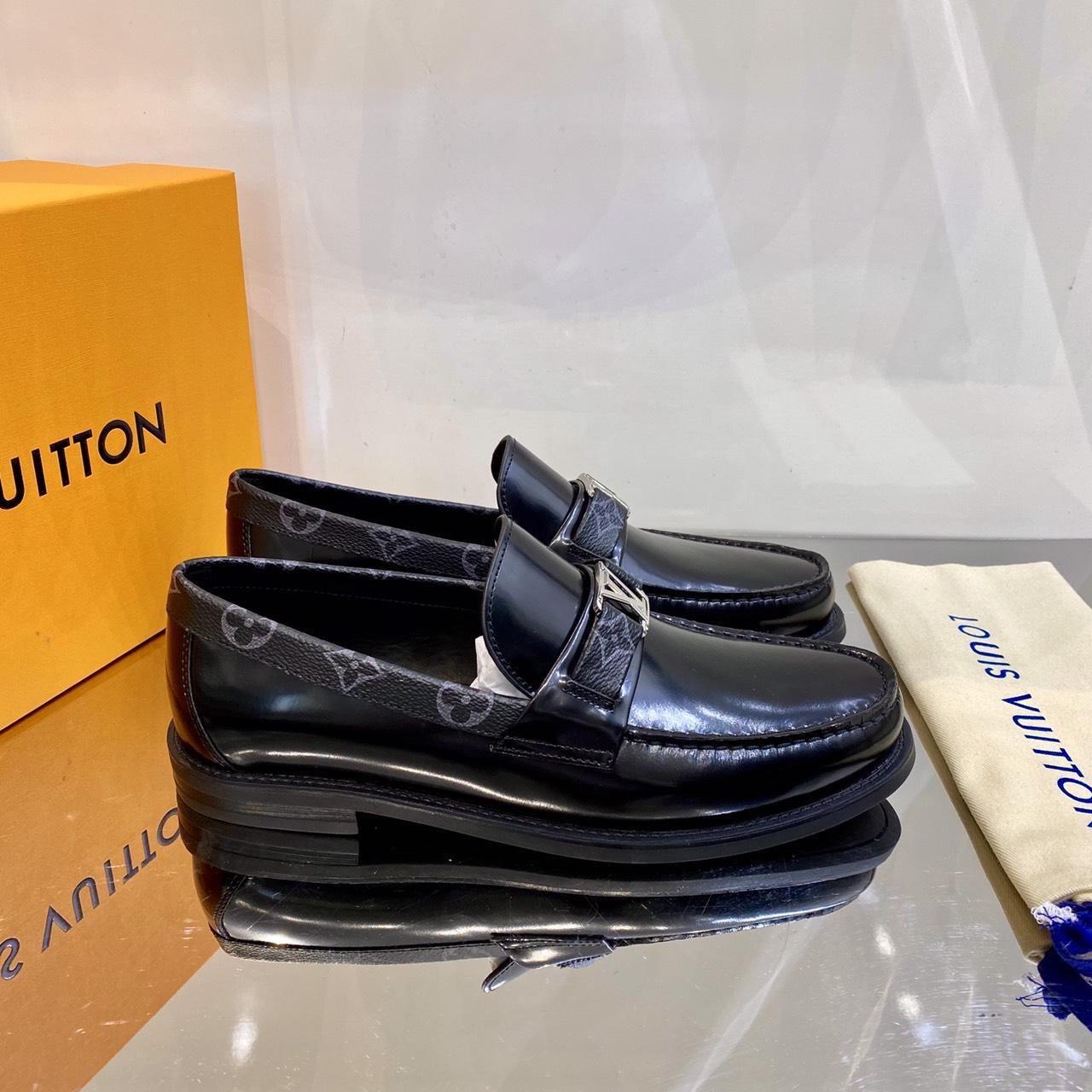 Giày lười Louis Vuitton like au đế cao da bóng màu đen viền cổ hoa GLLV120
