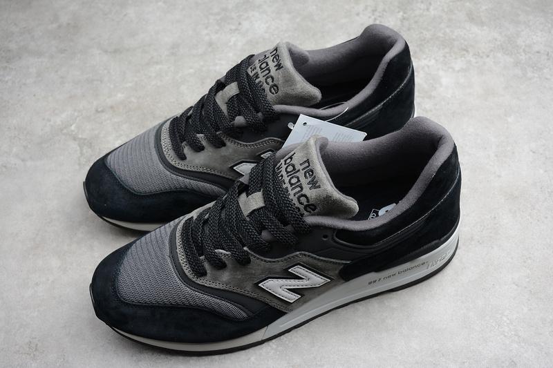 Giày New Balance made in USA có sự gia công tỉ mỉ ở từng đường chỉ
