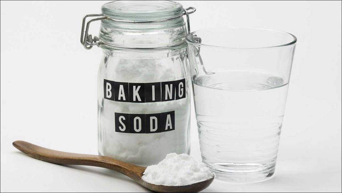 Baking soda có tác dụng hút ẩm, kiểm soát mùi hôi chân khi mang giày